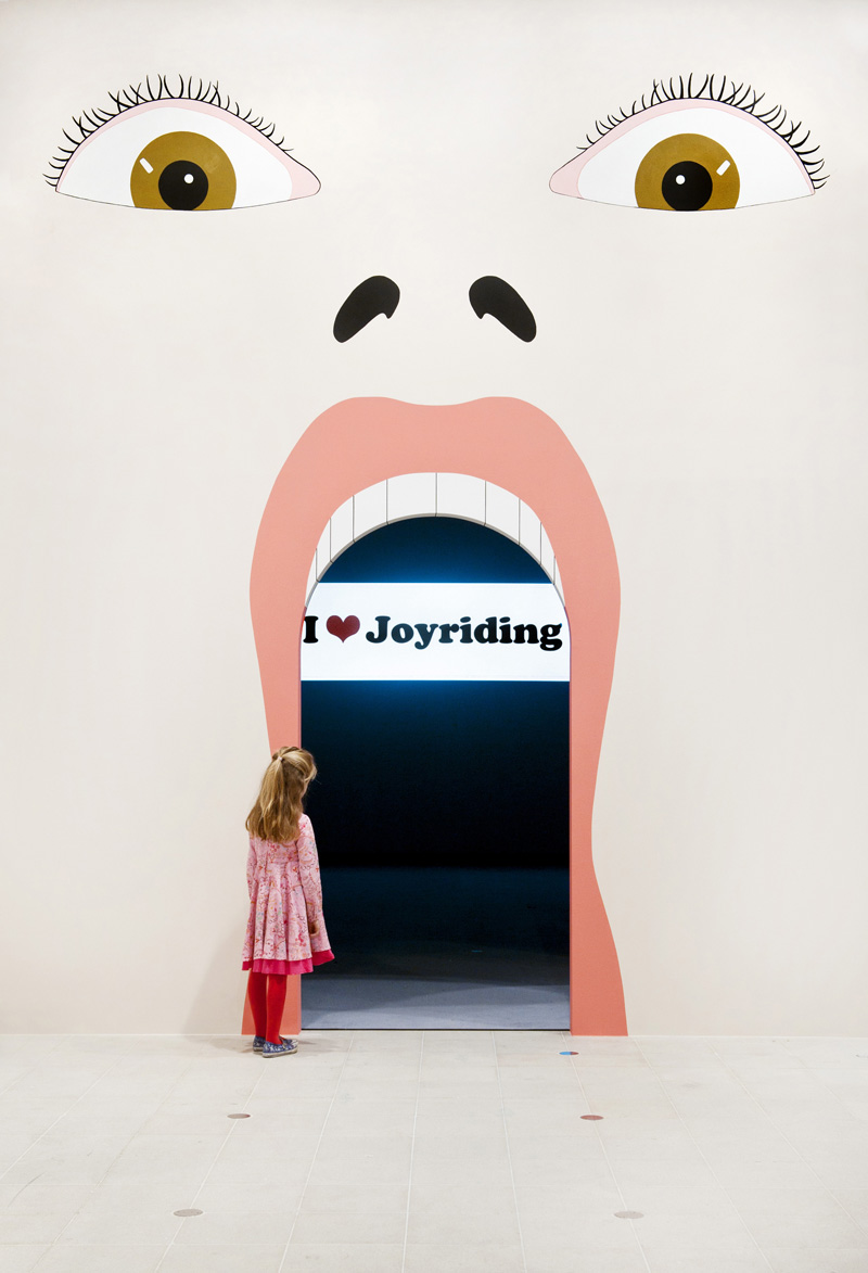 mural-by-stuart-hughes-in-jeremy-deller-joy-in-people-photo-linda-nylind